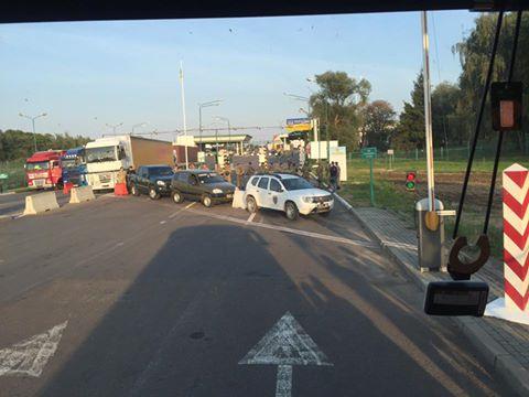 «Спецназ в бронежилетах и …»: Автобус Саакашвили подъехал к украинскому пункте пропуска. Там такое творится!