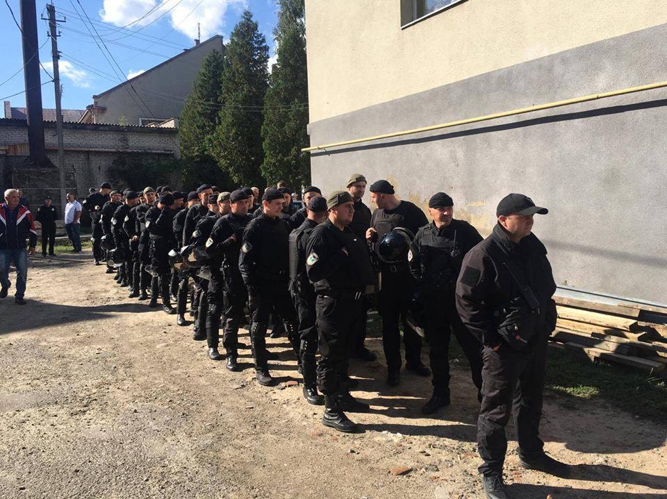 Вооруженные молодые люди и куча полиции: То, что происходит под судом, на котором ждут Саакашвили пугает. Ему это не понравится