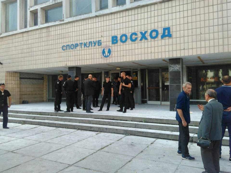 С кулаками и холодным оружием! Неизвестные пытались захватить спорткомплекс в Киеве. Есть раненые