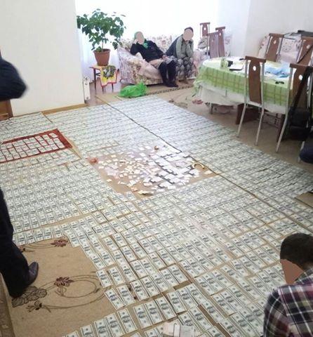 «Дорожки из денег и…»: То, что нашли в одиозного чиновника времен Януковича шокировало всю страну