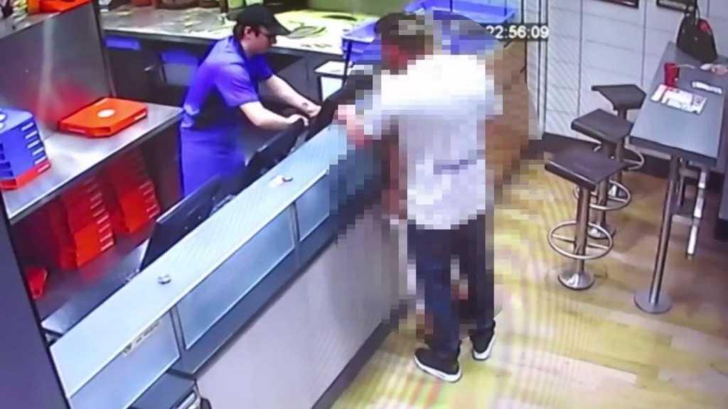 Сумасшедшая пара занялась «этим» прямо в пиццерии. Этим 18-ти минутным видео были шокированы ВСЕ (18+)