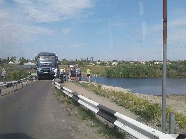 Страшная трагедия! На Николаевщине мост полный машин ушел под воду