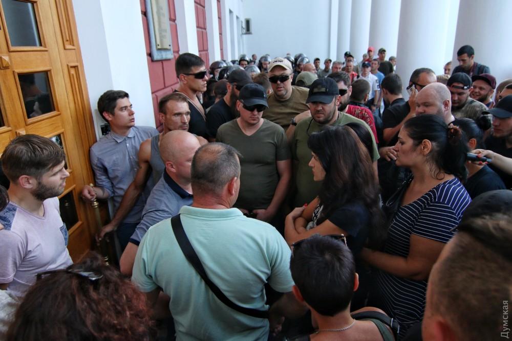«Одно фото обо всем»: Сеть поразило фото девочки со встречи с мэром Одессы