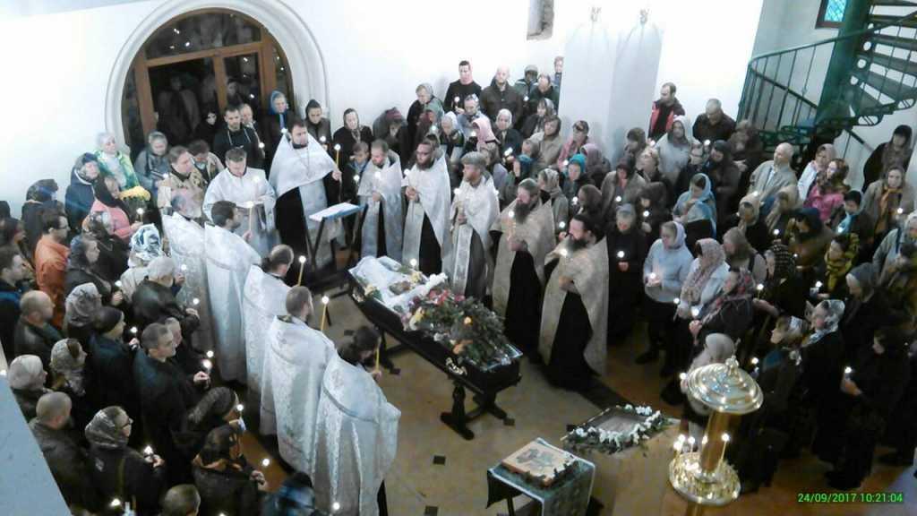 «Его похоронили у церкви в бывшей…»: Верующие прощались с батюшкой, который погиб в ДТП 22 сентября… Трудно сдержать слезы