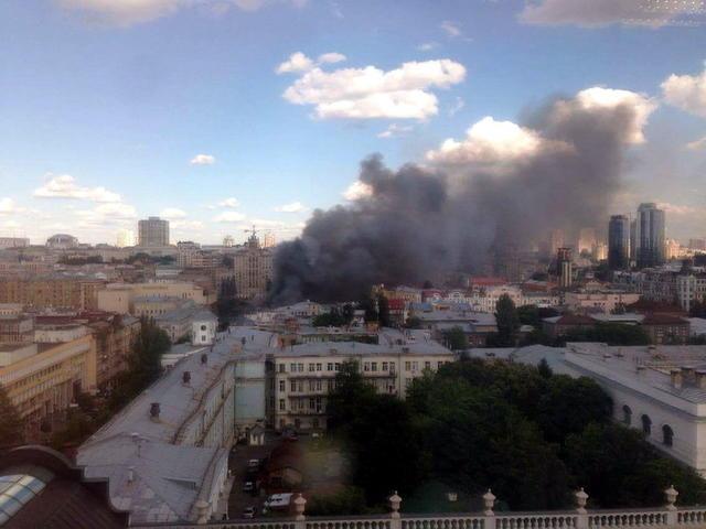 Вспыхнуло как спичка!!! В Киеве произошел страшный пожар прямо в центре города, причина вас ошеломит