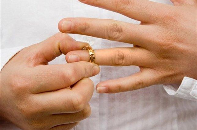 Боль и слезы… Скандальный депутат публично сделал слезное признание, что развелся с женой. Детали поражают
