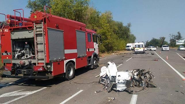 Взрыв, пожар и три трупа: То, что осталось от авто после жуткого ДТП и металлоломом не назовешь, одни колеса