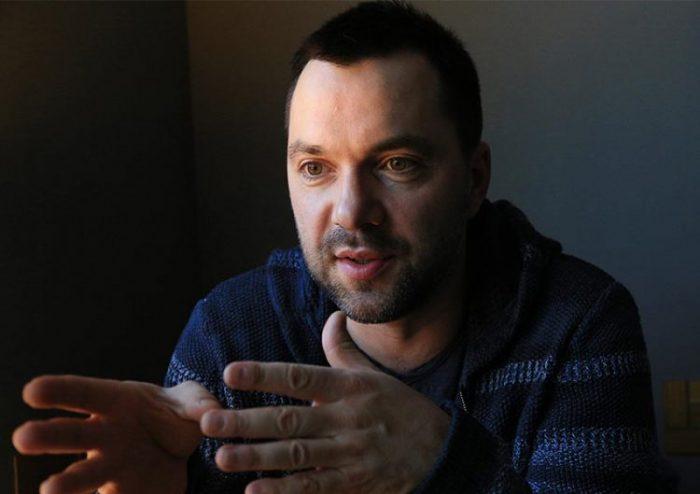 «Левой рукой делать, а правой …»: Арестович резко раскритиковал президента за Калиновку, для Порошенко это страшный сон