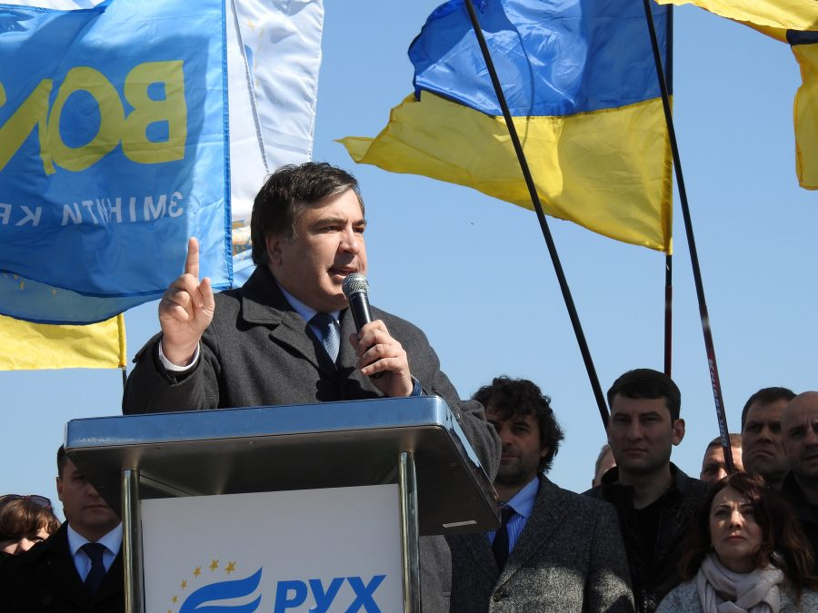 СРОЧНО! Под окнами Гройсмана «скорые» и Саакашвили. Там такое творится!