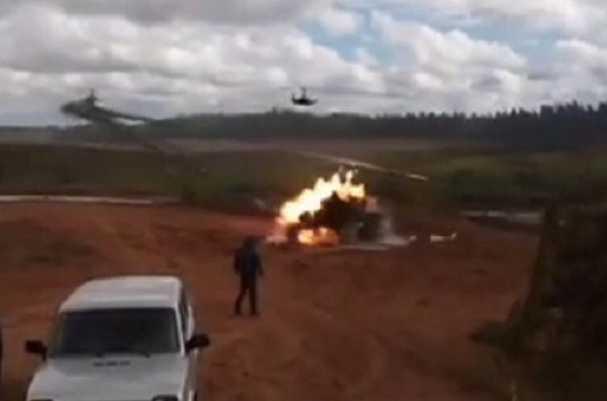 Страшная трагедия! Вертолет ракетами обстрелял толпу зрителей. Там настоящий ад (ВИДЕО + 18)