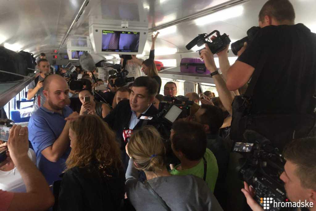 Беременные женщины и дети в заложниках: В поезде с Саакашвили происходит настоящий ужас. Стюарды прячутся от разъяренных депутатов
