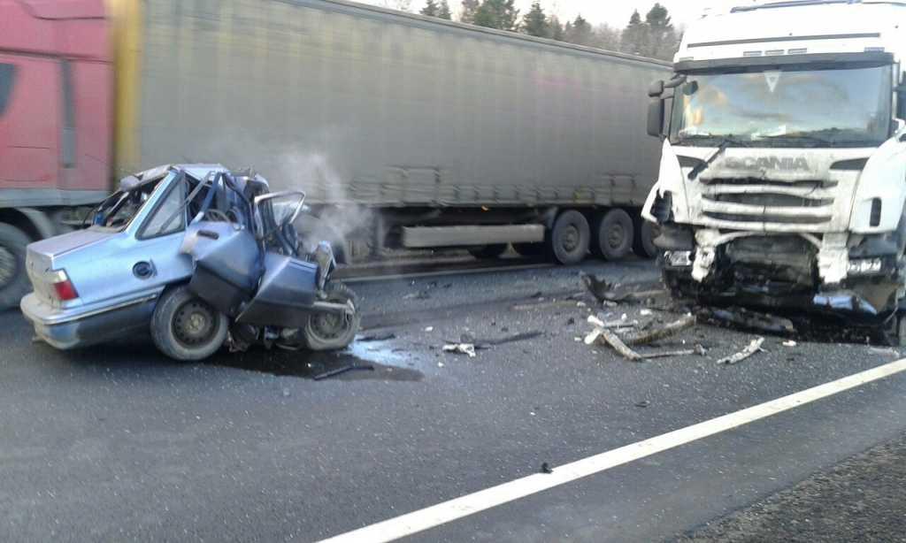 Какой кошмар!!! На Закарпатье произошло жуткое ДТП: грузовик разбил легковушку