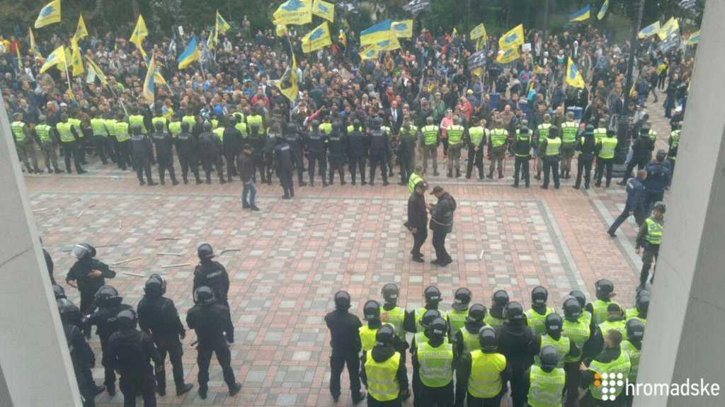 СРОЧНО! Там творится что-то страшное! Под Радой столкновения между полицией и протестующими. Что же будет дальше?