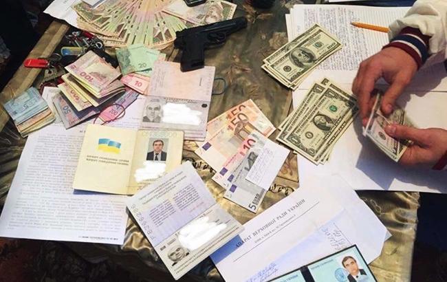 На заоблачной взятке поймали помощника народного депутата. От того, что нашли кроме денег глаза на лоб лезут