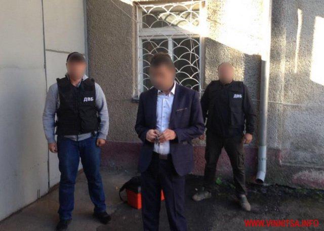 Попался голубчик! Руководителя одного из отделений полиции Винницкой задержали с взяткой. фото