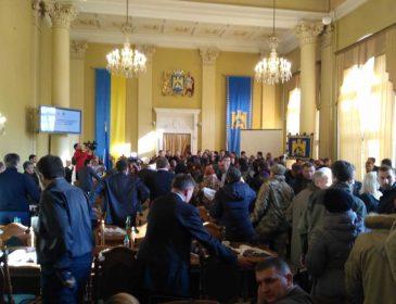 Чуть не поубивали друг друга !!! Во Львове депутаты устроили настоящую бойню, а причною стало знаменитое ….
