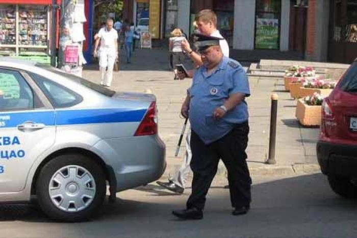 Опозорился на весь мир!!! Российский полицейский «не удержал лишний вес в штанах», это нужно видеть…