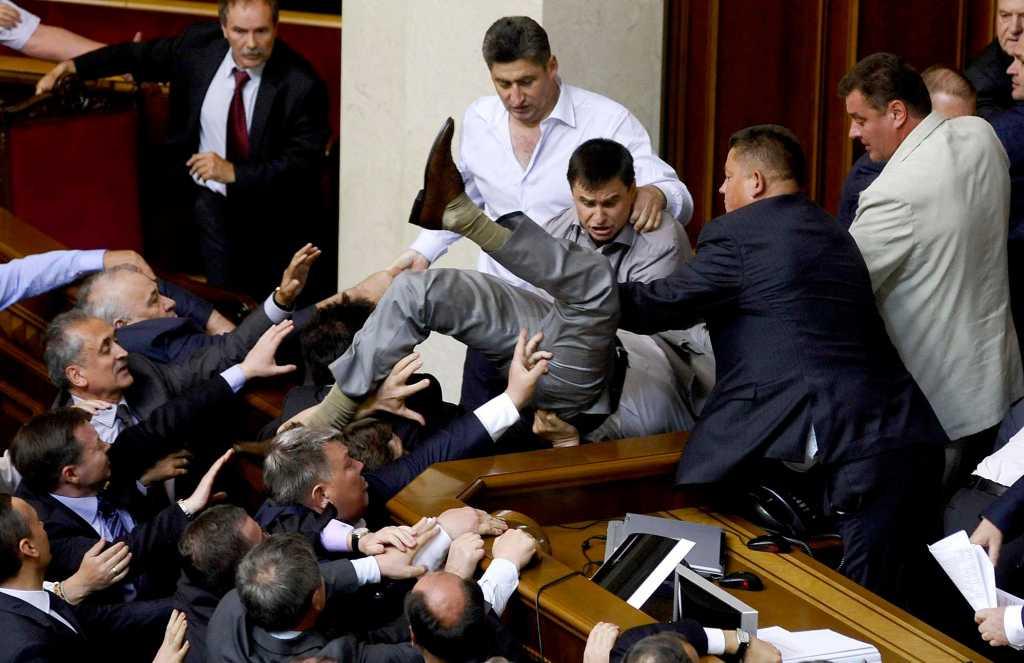 «Я вам не дворник какой то»: Депутат требует увеличения зарплаты, ему не хватает на… Это просто верх наглости
