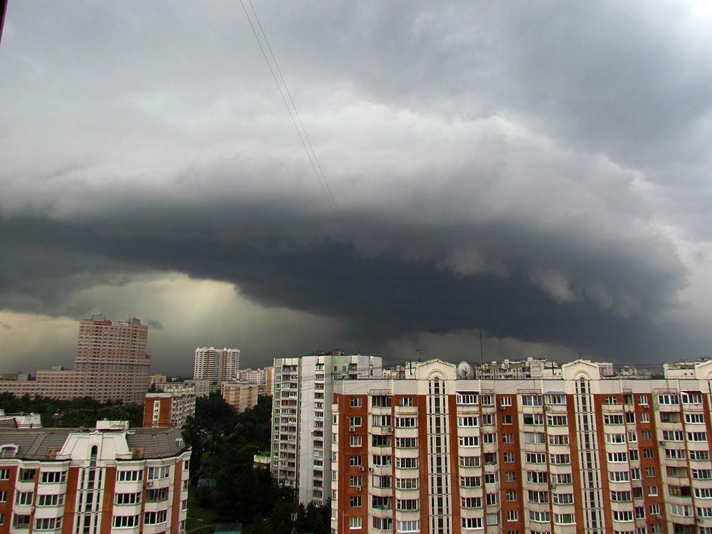 Там такое творится! Москву накрыл опустошительный ураган, который сметал все на своем пути. Кадры не для слабонервных