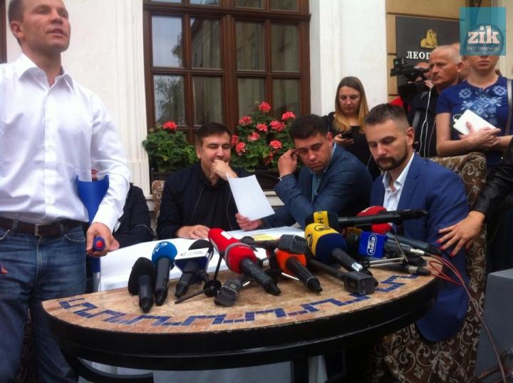 Саакашвилиада набирает обороты: «Откуда они знают, что я Саакашвили, они же украли мой паспорт». Как политику вручают протокол