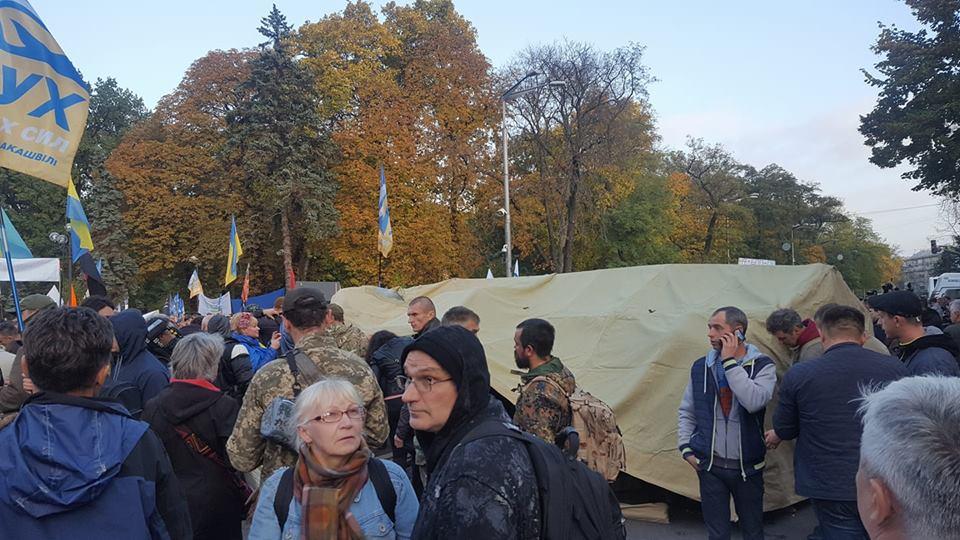 С схватками и пострадавшими! Митингующие устанавливают палаточный городок (ФОТО)