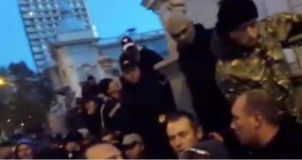 После слов «я в аэропорту воевал» начал бить: Известный народный депутат избил киборга