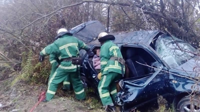 Спасатели вырезали пассажиров из машины: Жуткая ДТП на Тернопольщине (фото)