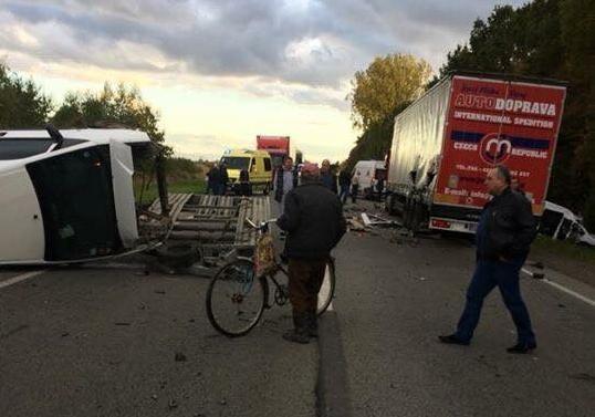 «Обломки авто разлетелись на десятки метров»: На трассе Киев-Чоп произошла жуткая авария