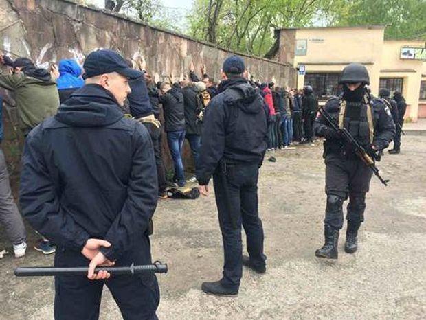 Вчера вечером во Львове полиция задержала десятки молодых людей, которые пытались совершить массовую драку
