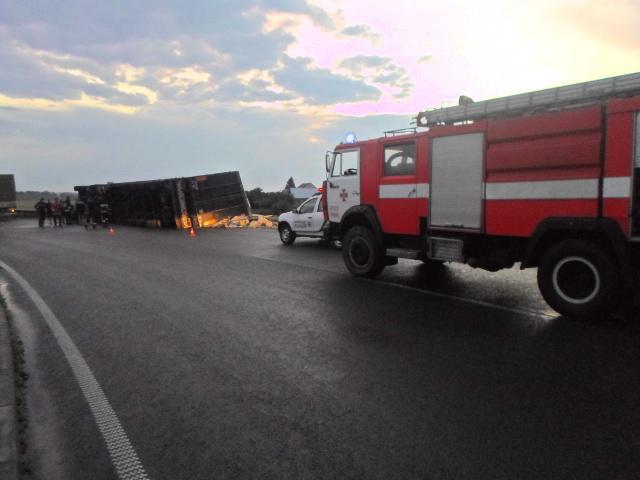На Киевщине произошло ужасное ДТП: перевернулся взрывоопасный грузовик