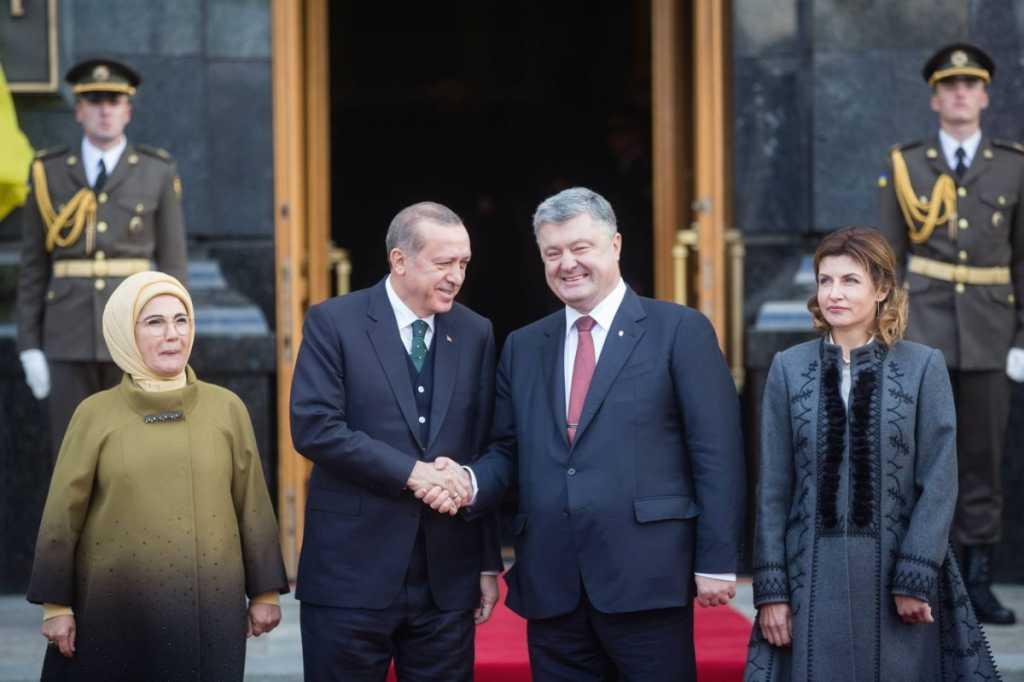 Эрдоган прибыл на встречу с Порошенко и поразил своей украинской