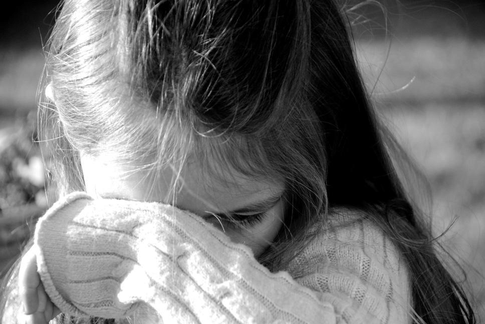 «В домашней одежде и тапочках» В Запорожье мать оставила 7-летнюю девочку ночью на улице