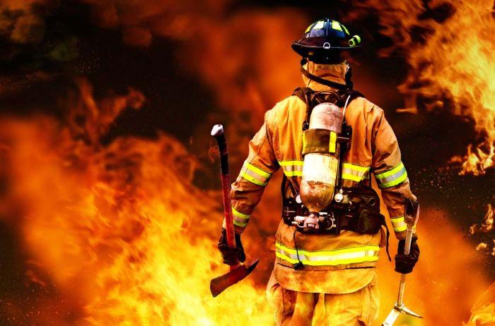 «Горит резервуар с 50 тысячами тонн бензина и стадион…»: Появились первые кадры масштабного пожара в России
