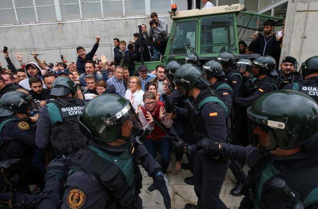 Женщины с окровавленными лицами: Референдум в Каталонии превратился в массовое побоище, то что там творится приводит УЖАС