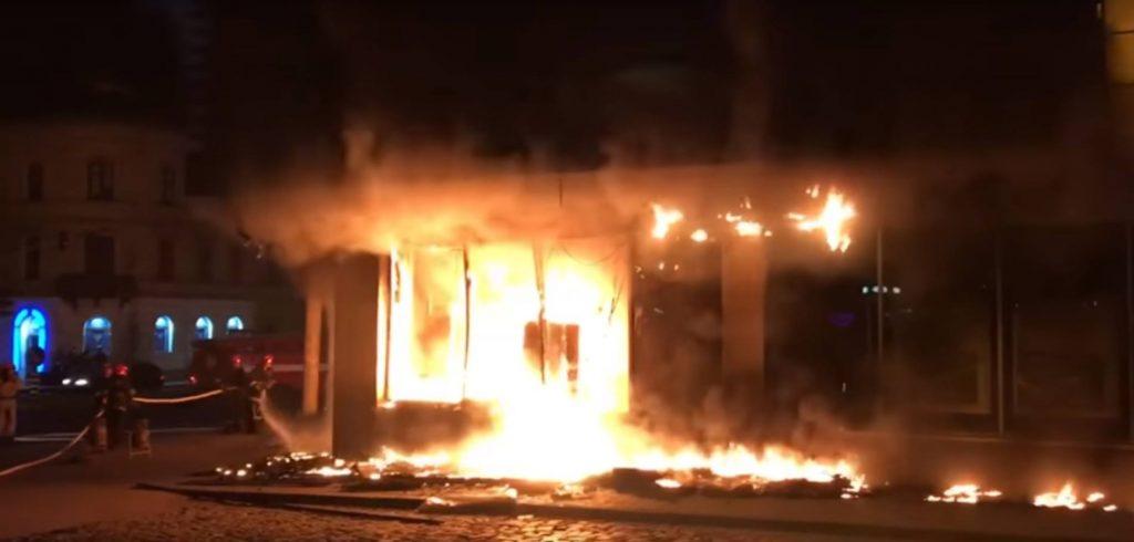 ЧП во Львове! Ночью полностью сгорел скандальный банк, от деталей страшного пожара волосы дыбом встают