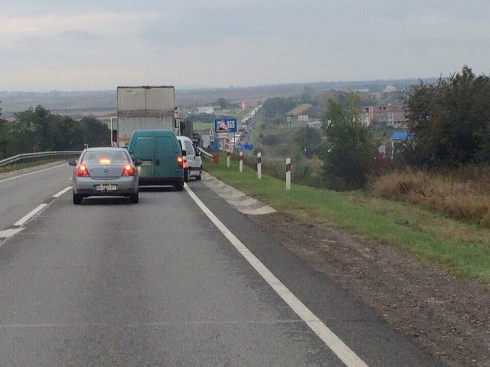 «Погибли на месте»: На Львовщине легковушка на скорости влетел в грузовик (ФОТО)