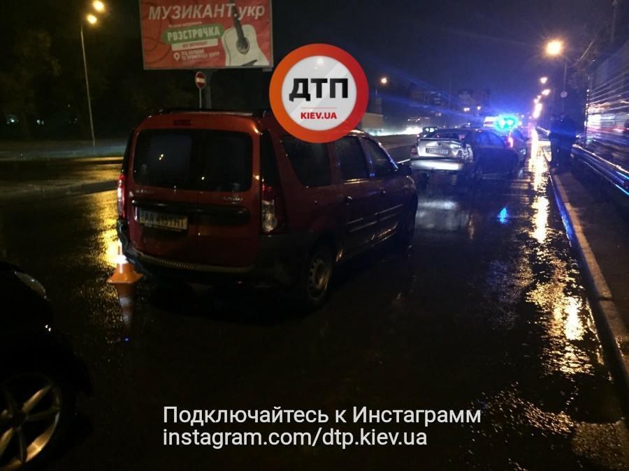 Сразу три автомобиля: В Киеве известный телеведущий попал в масштабное ДТП