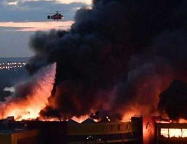 Небо в огне и мощные взрывы: В Москве в результате ужасного пожара рухнул торговый центр, есть жертвы