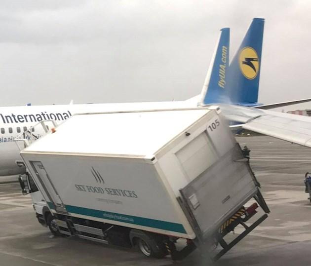 «Под крыло попала машина»: В аэропорту «Борисполь» самолет причиной ДТП с грузовиком