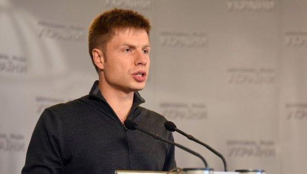 «Мудак»: митингующие забросали Гончаренко яйцами, нардеп ответил своим обидчикам