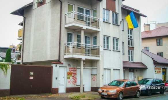 За что они нас не любят? В Польше вандалы надругались над посольством Украины. Там такое написали