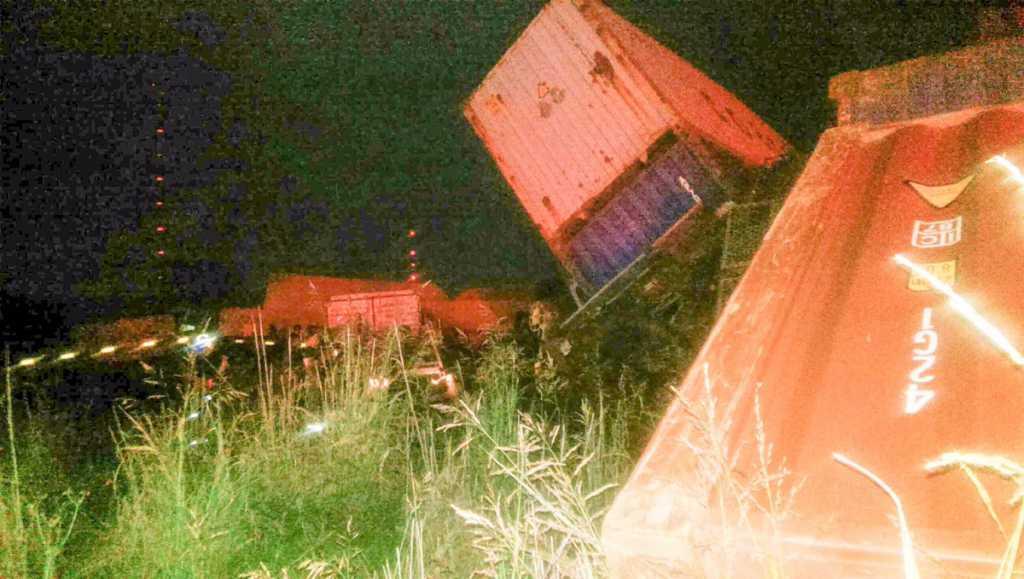 Товарный поезд сошел с рельсов и врезался в здание