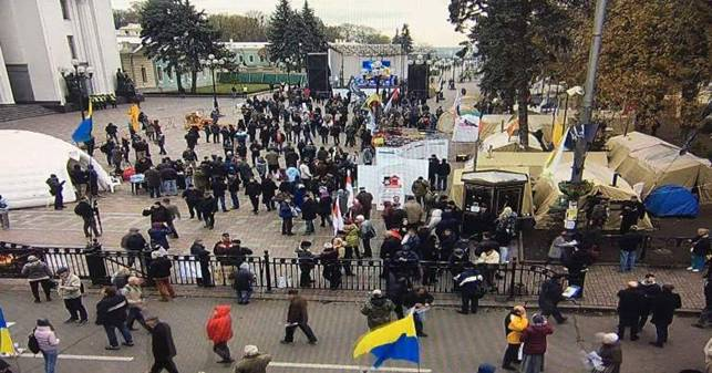 Около 700 полицейских и военнослужащих: под Радой собираются протестующие