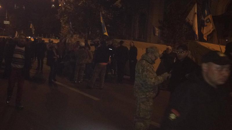 «Все как и три года назад»: ночью митинг под Радой переместился к резиденции Порошенко. Узнайте последние подробности