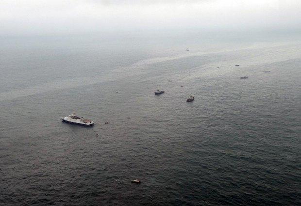 Срочно! Самолет распался на несколько частей и упал в море, нашли тела не всех погибших
