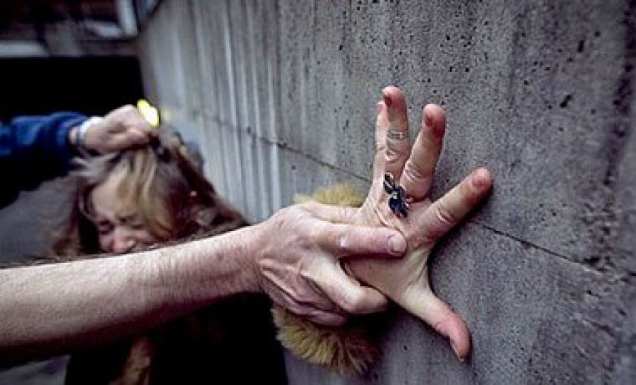 Женщину изнасиловали прямо посреди улицы: Прохожие проходили и снимали на телефон (ВИДЕО 18+)