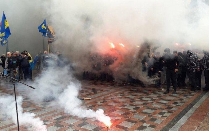 «Массовое противостояние»: в Киеве начали курить шины, сообщили о причине конфликта