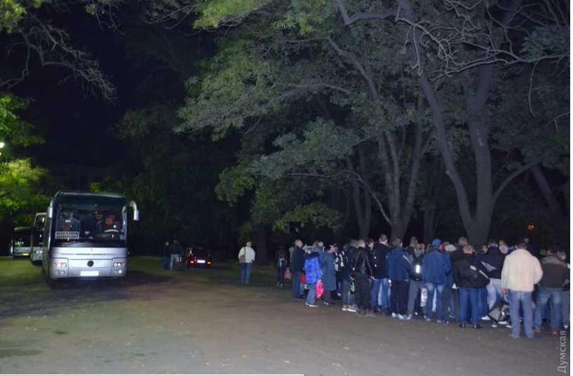 Тысячи людей идут штурмовать Верховную Раду: автобусы со сторонниками Саакашвили выехали из Одессы еще вчера вечером