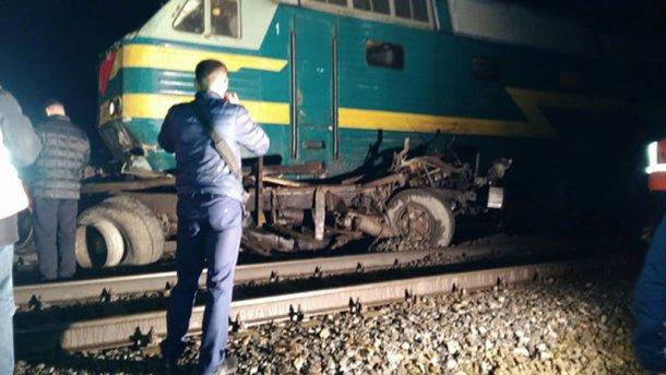 Пассажирский поезд протаранил грузовик и протащил ее несколько десятков метров.