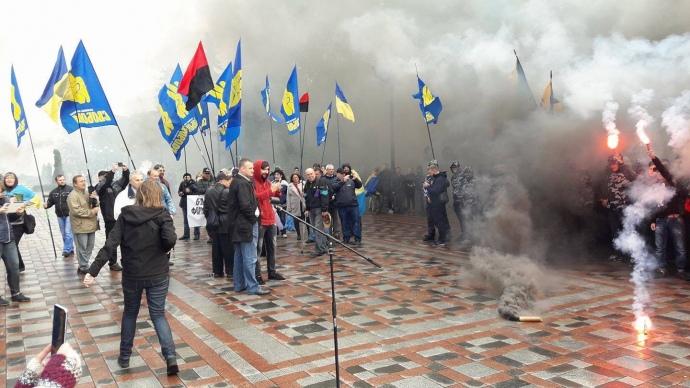 Дым и огонь: Из за новых законов под Радой начался бунт (Видео)